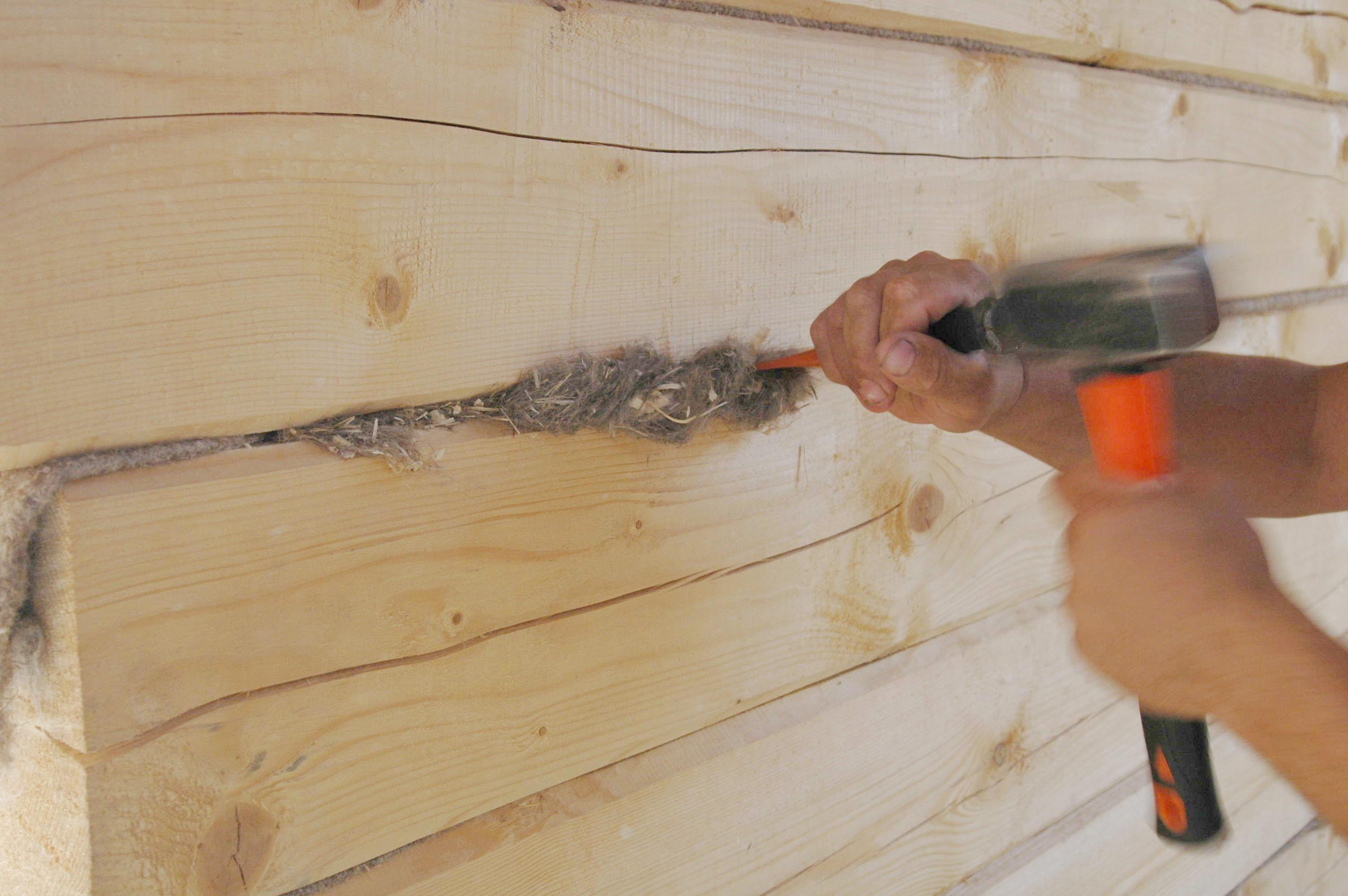 Как конопатить дом из бруса: видео