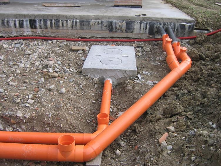 Прокладка труб наружной канализации