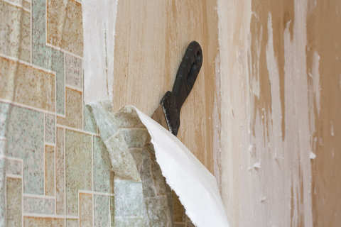 Сколько стоит демонтаж обоев со стен