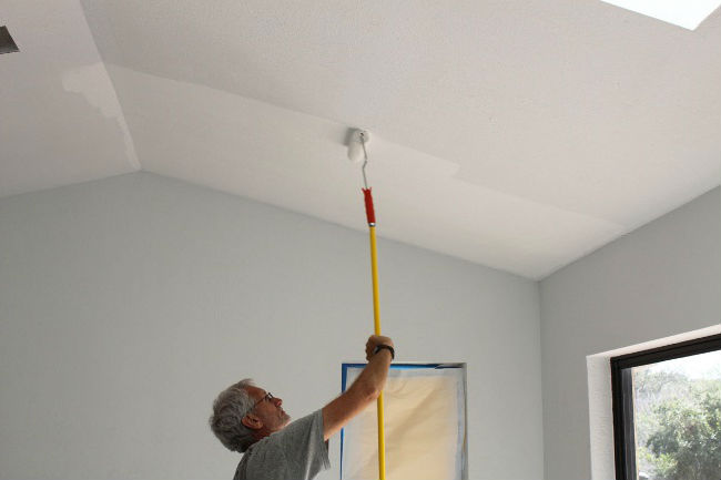 Сколько стоит покраска потолка водоэмульсионной краской
